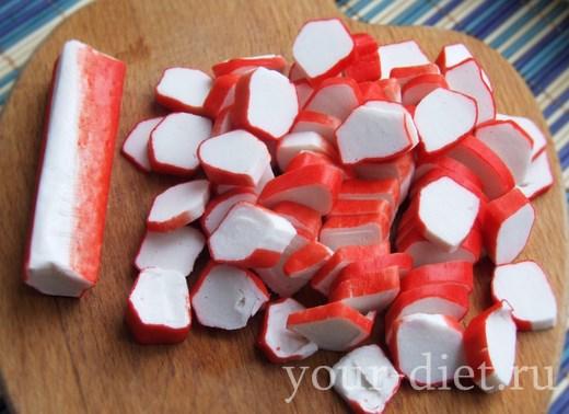 Нарезать кубиками крабовые палочки