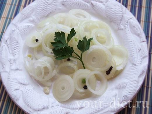 Маринованный лук в тарелке