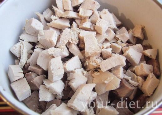 Кубики языка и куриное мясо в салатнице