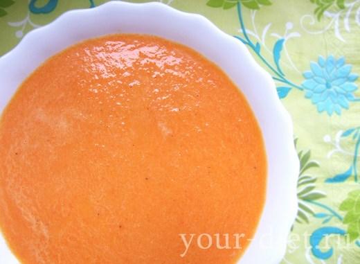 Сливочный суп с имбирем и морковью в тарелке