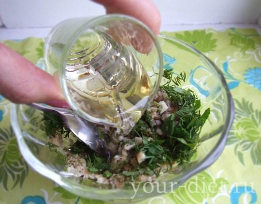 Добавляем растительное масло и уксус