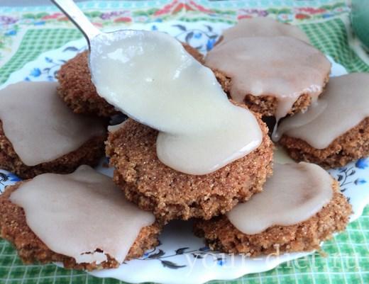 Яблочное печенье с глазурью и орехами