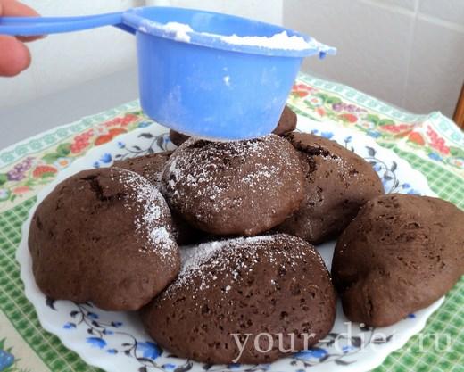 Шоколадное печенье в тарелке