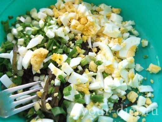 Добавляем зеленый лук и яйца