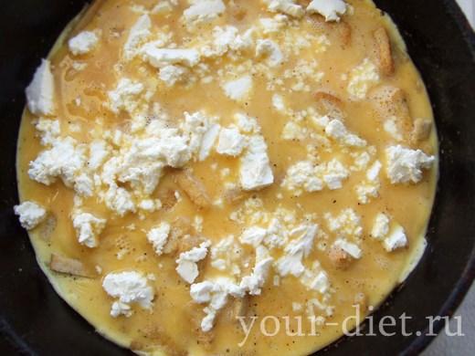Выкладываем сыр в яичную смесь
