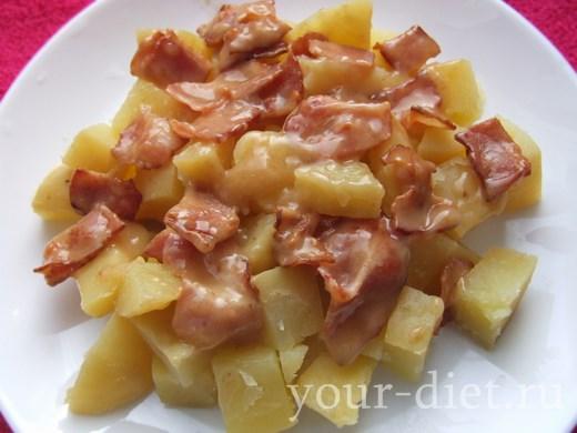 Картофельный салат на тарелке