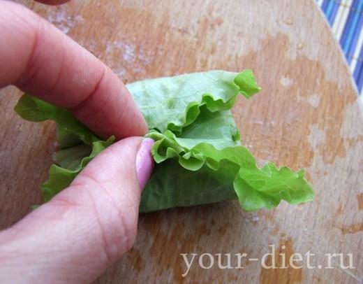 Сворачиваем листья салата конвертиком
