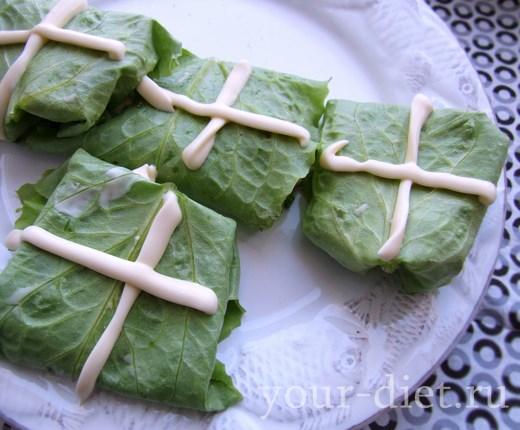Конвертики из листьев салата с тунцом на тарелке