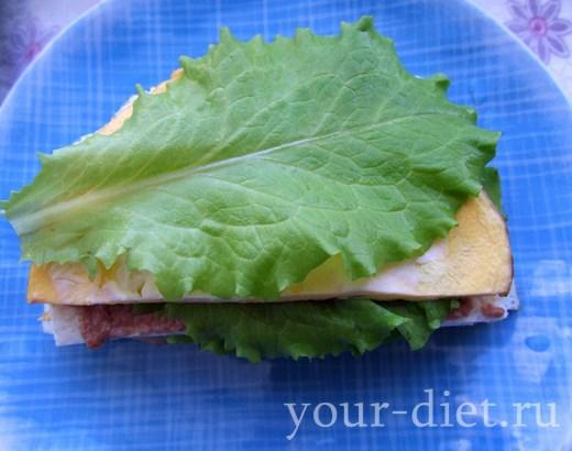 Накрываем бутерброд листом салата