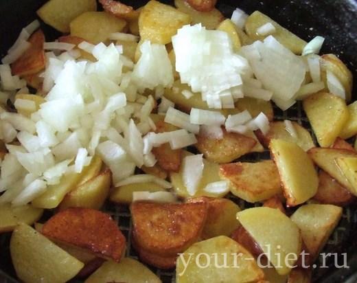 Добавляем к картофелю лук