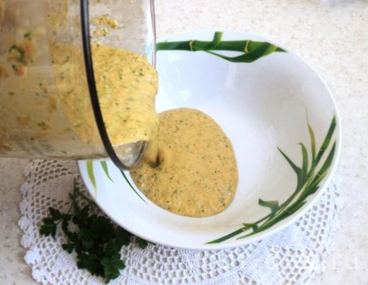 Переливаем соус в тарелку