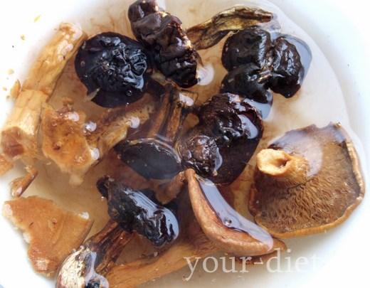 Сушеные грибы в воде