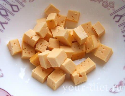 Кубики сыра в салатнице