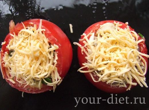 Посыпаем помидоры сыром