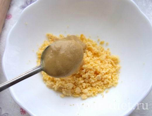 Добавляем в желток горчицу