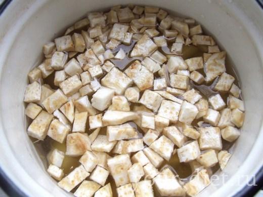 Заливаем картофель и сельдерей водой