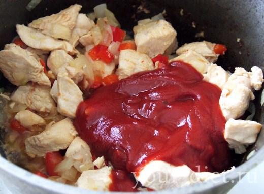 Добавляем к мясу томатный соус
