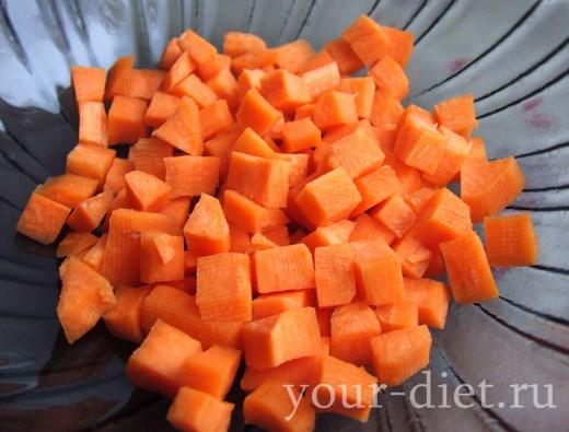 Нарезанная кубиками морковь