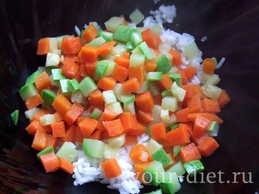 Досыпаем к рису морковь и кабачок