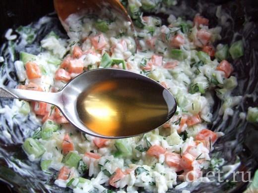 Выливаем в салат оливковое масло