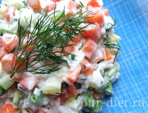 Овощной салат с рисом и укропом готов