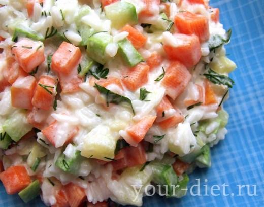 Овощной салат с рисом и укропом