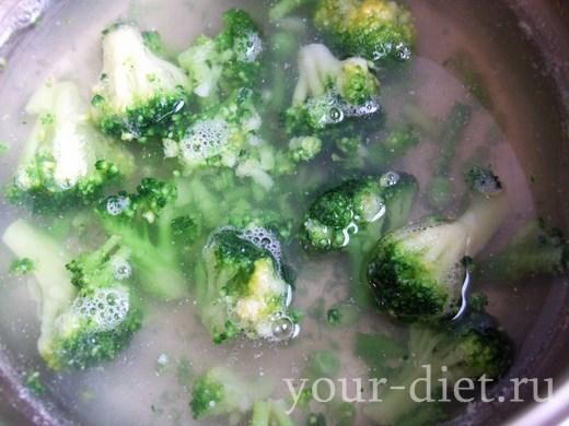 Выкладываем брокколи в кастрюлю