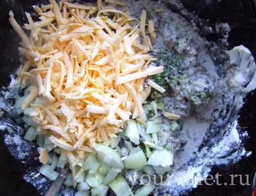 Добавляем в салатник натертый сыр