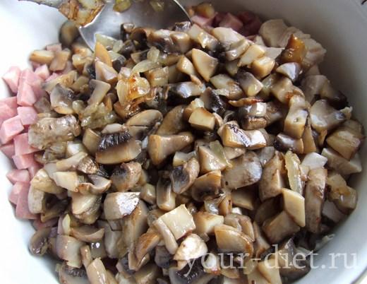 Добавляем к мясу грибы