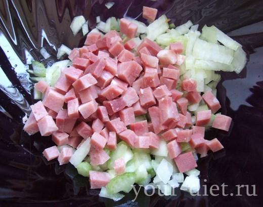 Добавить ветчину в салатник