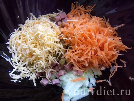 Морковь и сыр выложить в салатник