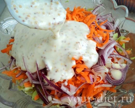 Вливаем заправку в салатник с овощами