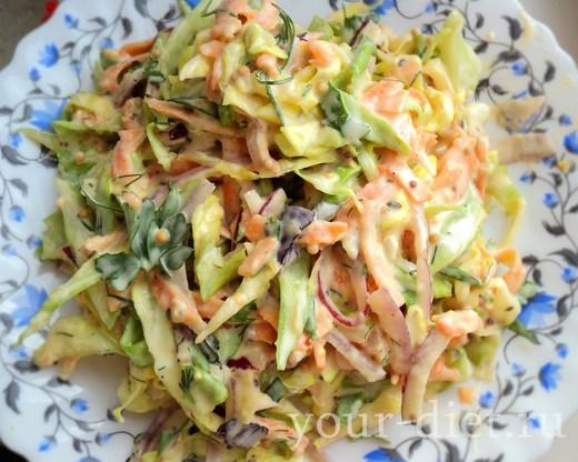 Овощной салат со сливочной заправкой готов