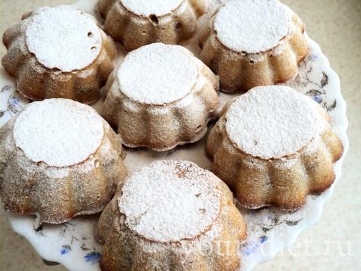 Посыпаем фруктовые кексы сахарной пудрой