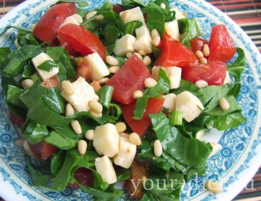 Салат из шпината с помидорами и сыром готов