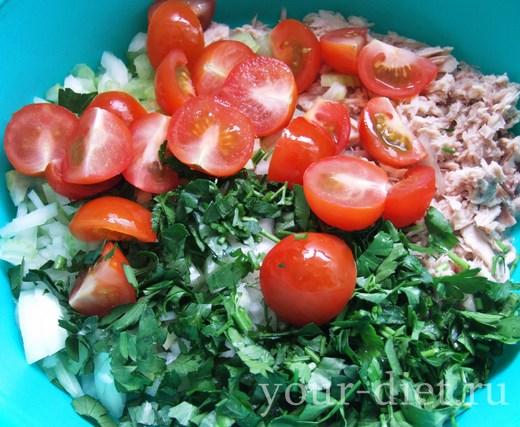 Добавляем помидоры в салатницу