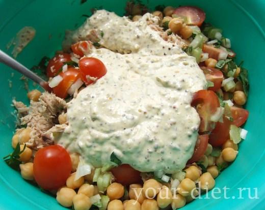 Выливаем соус в салатницу