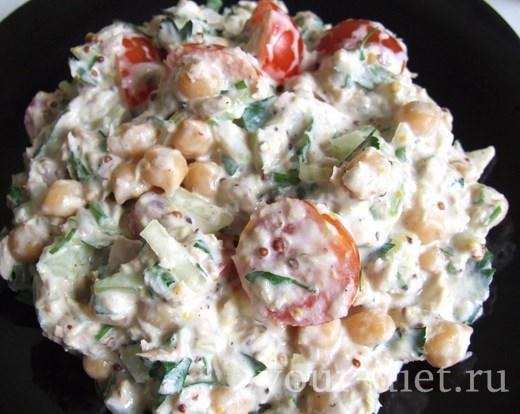 Салат из тунца с нутом готов