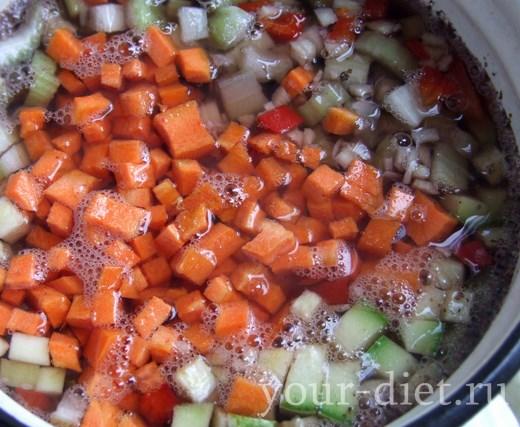 Выкладываем в суп морковь и сельдерей