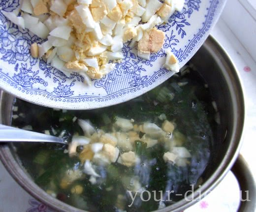 Добавляем в суп яйца
