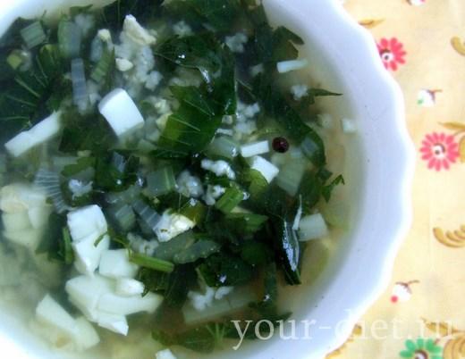 Разливаем крапивный суп по тарелкам