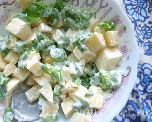 Салат с сельдереем и зеленым яблоком