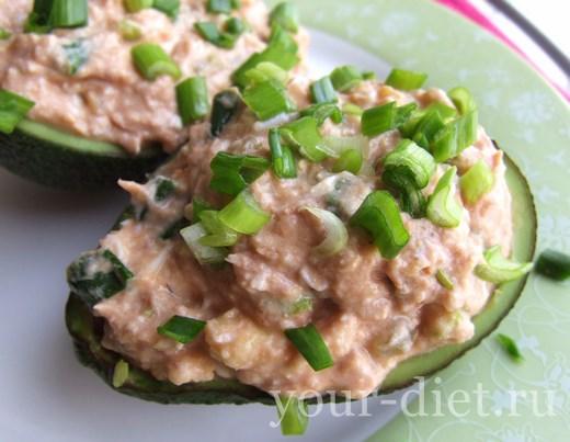 Салат из авокадо, тунца и маринованных огурчиков