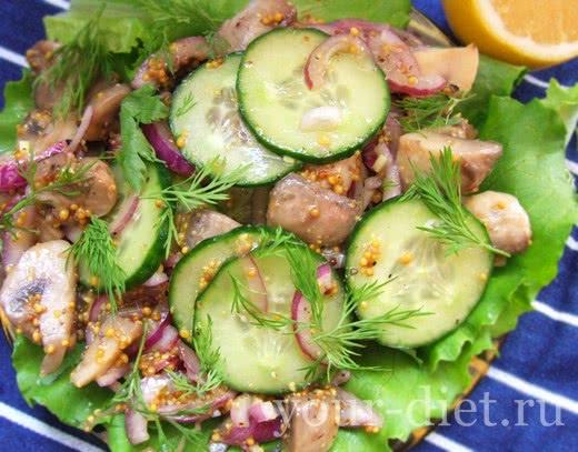 Маринованный салат с огурцами, грибами и луком