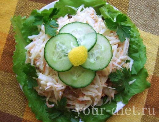 Капустный салат с арахисом и изюмом