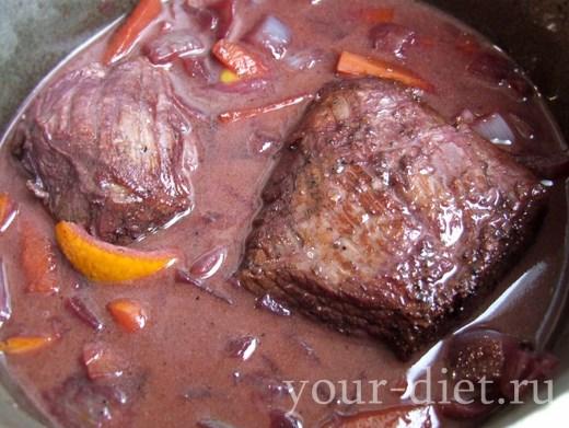 Говядина, тушеная с красным вином и клюквой, пошаговый рецепт с фото
